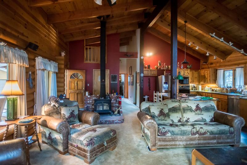Spacious living area with high vaulted ceilings - Log Cabin Nestled in the Woods - Mariposa - rentals
