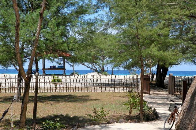 Bungalow's white sand path to the beach - Beachfront, Sunset Bungalow - Gili Trawangan - rentals