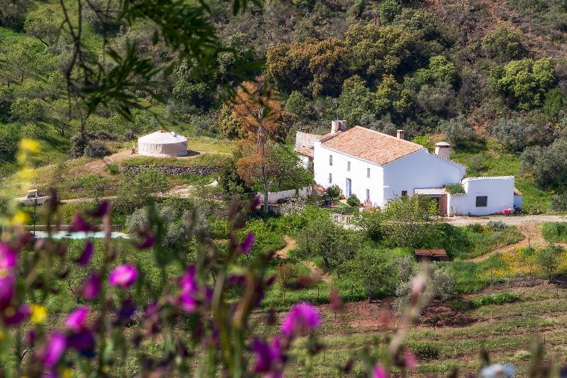 View of the farmhouse from a distance with the yurt on the left side - Lovely authentic Andaluz farmhouse in NaturalPark - Riogordo - rentals
