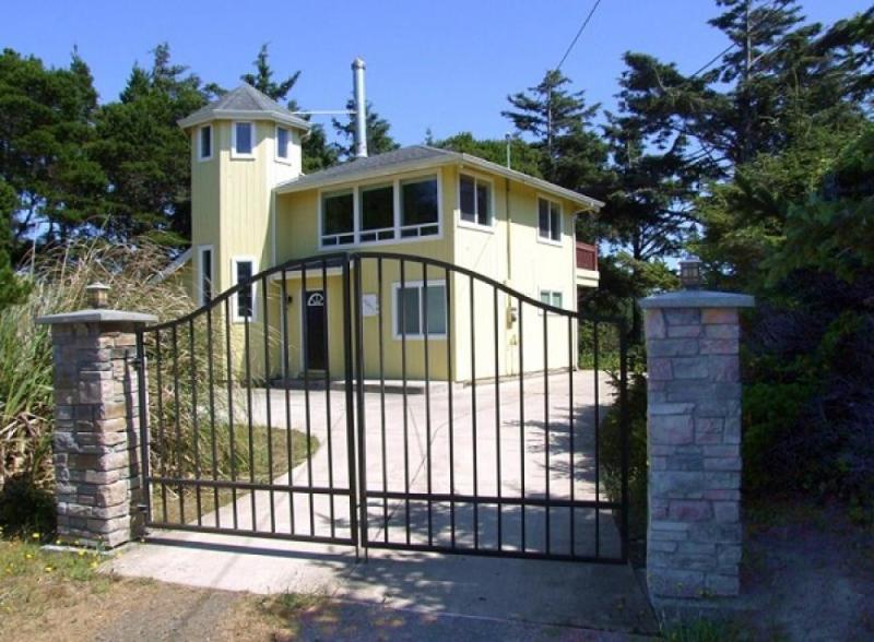 Elegant home with stunning ocean views & steaming private hot tub. Dogs okay! - Image 1 - Florence - rentals