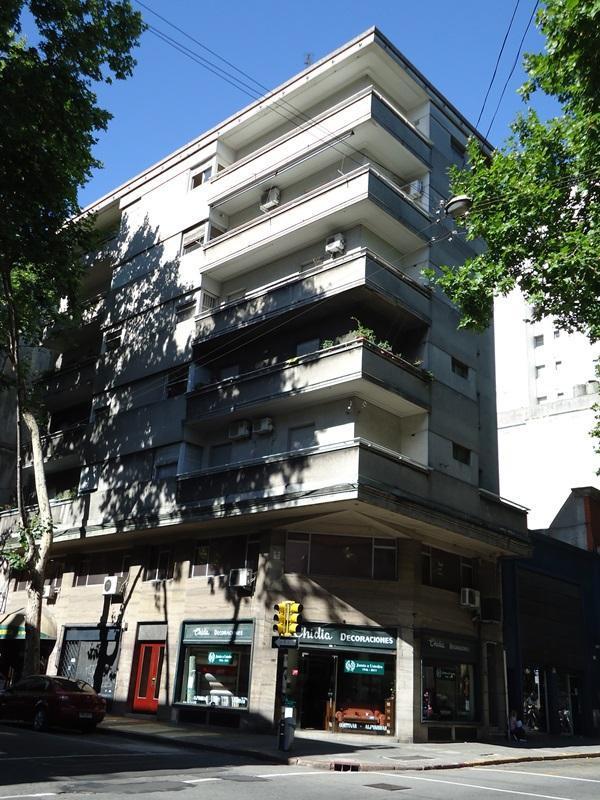 fachada del edificio, el apto es en el último piso - Apartment Montevideo Center 2 bedroom, acc. 6 - Montevideo - rentals