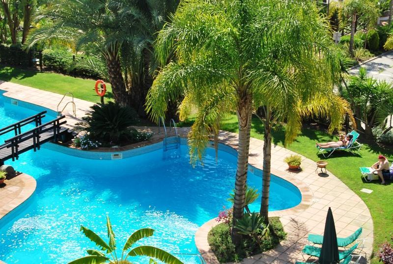 Holiday large flat in El Campanario Resort - Image 1 - Estepona - rentals