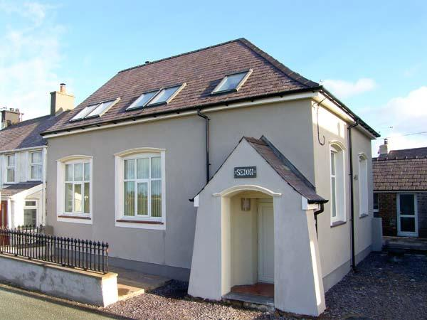 YR HEN FESTRI, former vestry, upside down accommodation, woodburner, hot tub, in Y Felinheli, Ref 24239 - Image 1 - Y Felinheli - rentals