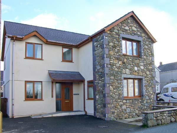 BRYN SEION, modern cottage, WiFi, dressing room, en-suite, woodburner, in Y Felinheli, Ref 30276 - Image 1 - Y Felinheli - rentals
