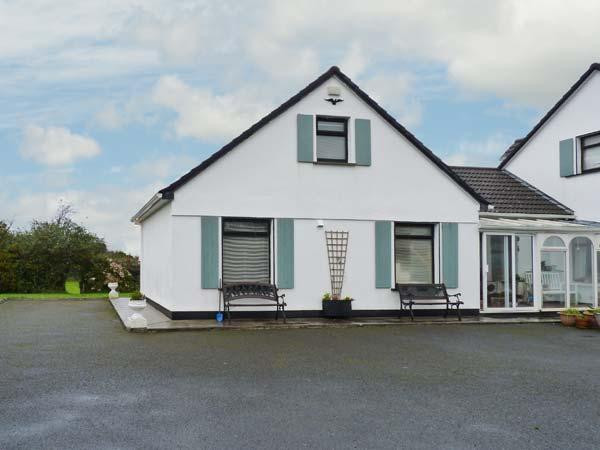 WOODSIDE CHALET, romantic retreat, en-suite, off road parking, garden, near Oughterard, Ref 31225 - Image 1 - Oughterard - rentals
