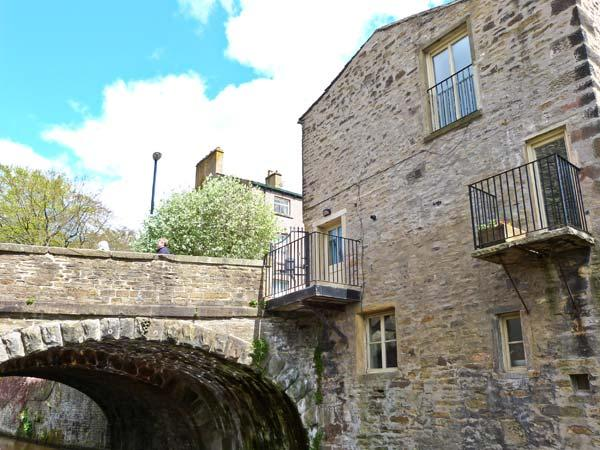 7 MILL BRIDGE, three-storey townhouse, overlooking castle and canal, double bedroom, wet room, balcony, in Skipton Ref 903490 - Image 1 - Skipton - rentals