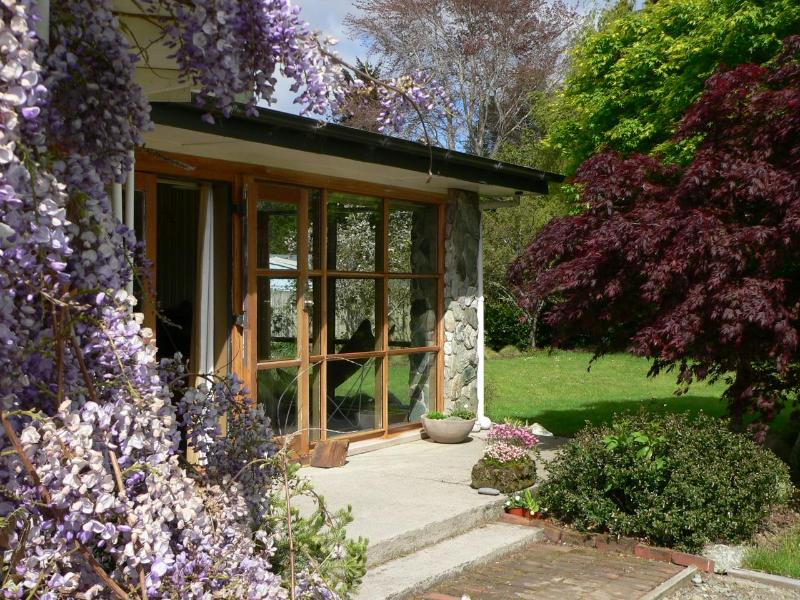 A leafy garden surrounds the chalet - Mountaineer Chalet Fiordland - Te Anau - rentals
