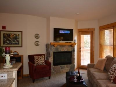 Cosy, comfortable living area w/fireplace - Gorgeous 1 Bdrm Condo Walk to lifts Hot Tubs - Keystone - rentals