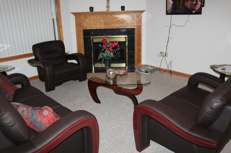 Living Room with new, modern furnishings - vaulted ceiling makes for a warm, relaxing atmosphere - Lakeview, 4 Bdrms, Sleeps 10, near Mt. Airy Casino - Mount Pocono - rentals