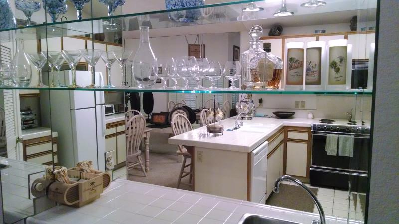 Kitchen thru bar - 2+2 Palm Desert Condo Oasis Country Club - Palm Desert - rentals