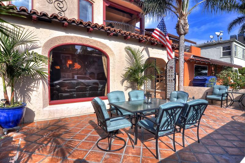 Dine outdoors and enjoy the sun in this vacation rental in Long Beach, CA! - April Special $199/Night! Custom-built home, 1 house to beach, near 2nd Street Shopping, with rooftop ocean views! - Long Beach - rentals