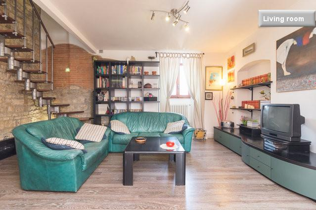 The living room is spacious and you can spend your free time relaxing here - first floor - Wide and Comfortable Vacation Rental in Florence - Florence - rentals