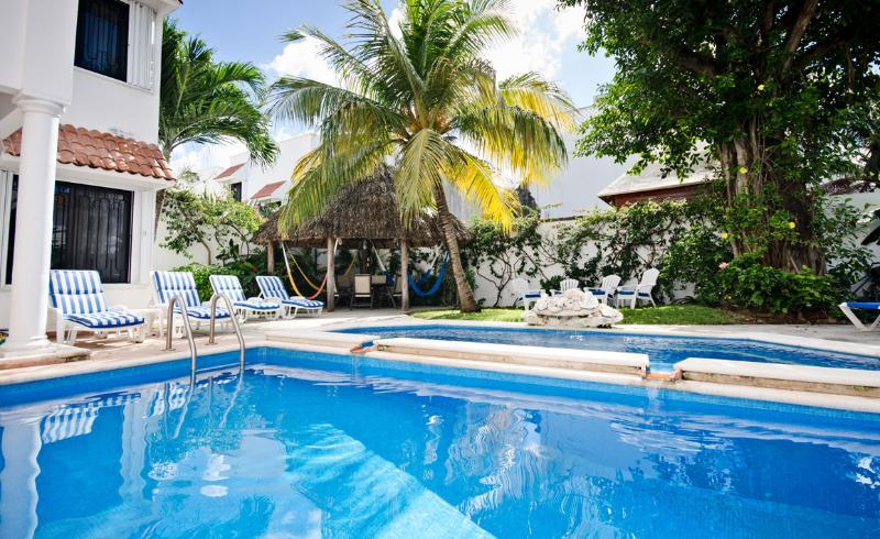 The two level pool has a fountain that pours into the top level - Casa Topaz-tropical garden & 2-level swimming pool - Cozumel - rentals