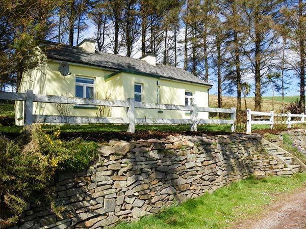 LILAC COTTAGE, pet friendly, with a garden in Annascaul, County Kerry, Ref 3645 - Image 1 - Annascaul - rentals