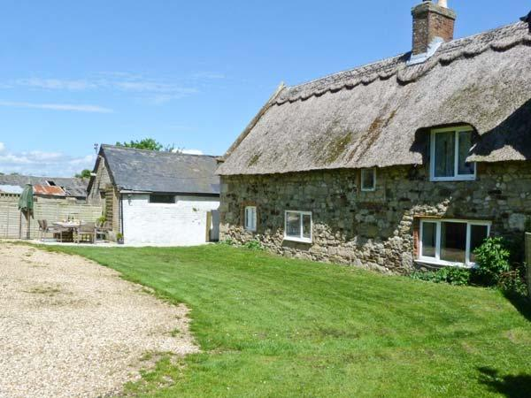 HILL FARM COTTAGE, pet friendly, character holiday cottage, with a garden in Freshwater, Isle Of Wight, Ref 12722 - Image 1 - Freshwater - rentals