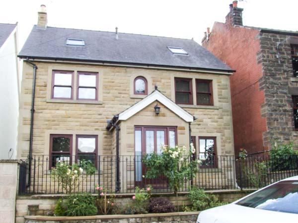 THE LILLIES, stylish house with country views, en-suite, garden, Matlock Ref 17875 - Image 1 - Bakewell - rentals