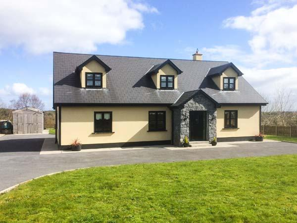 3 KNOCKAUNCARRAGH, detached, open fire, WiFi, short walk from village centre, in Portumna, Ref 27827 - Image 1 - Portumna - rentals