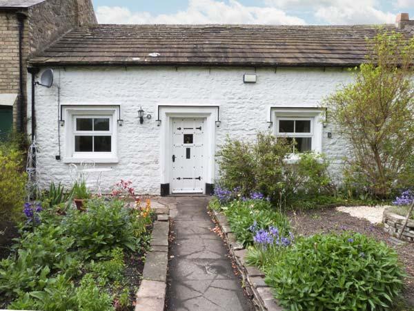 9 THE GREEN, terraced, single-storey, en-suite, woodburner, hot tub, in Piercebridge, Ref 31080 - Image 1 - Piercebridge - rentals