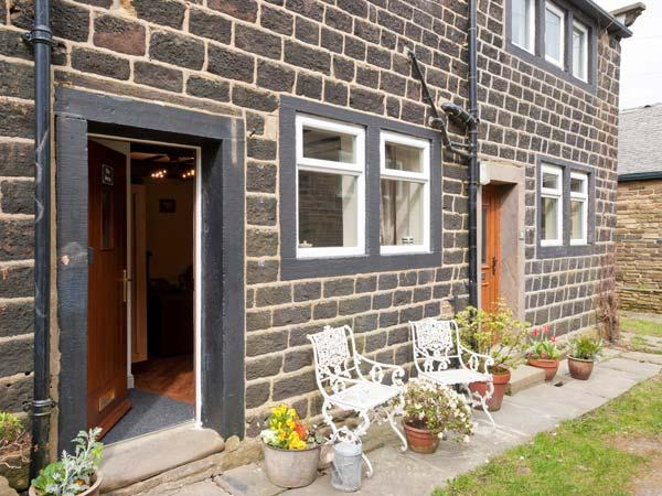 THE SNUG, stone-built, terraced, mezzanine bedroom, en-suite, woodburning stove, in Haworth, Ref 903849 - Image 1 - Haworth - rentals
