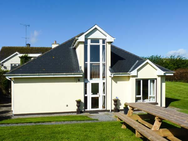 THE FOLLY, modern, single-storey cottage, four bedrooms with en-suites, multi-fuel stove, in Kilkenny, Ref 904655 - Image 1 - Kilkenny - rentals