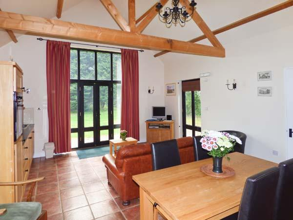FISHERMAN'S LODGE, timber-framed lodge with great views, on-site fishing, close Cambridge, Saffron Walden Ref 905373 - Image 1 - Arkesden - rentals