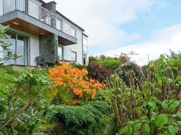 WALKER'S RETREAT, WiFi, balcony with views to Loughrigg Fell, ground floor, Ref - Image 1 - Ambleside - rentals