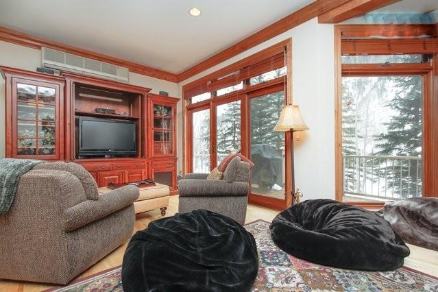 Large living room with sofa, love seat, 2 swivel chairs and 3 bean bags. - LUXURIOUS, ROOMY 3BR+LOFT+2.5BATH IN VAIL - Vail - rentals