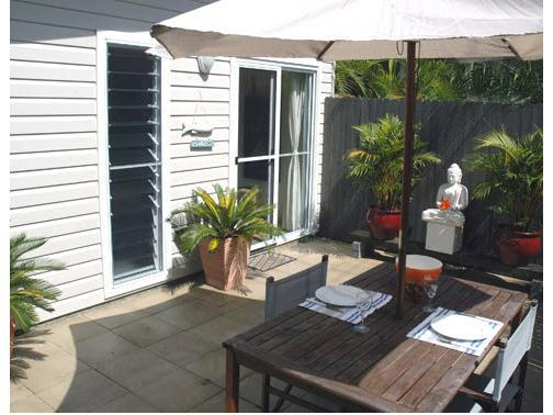 Abachi Apartment private bbq courtyard - Abachi 1 Bedroom Self Contained Apartment In Town - Byron Bay - rentals