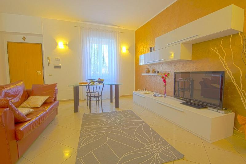 Living Room - Spacious home, private garden, 4km from Coliseum. - Rome - rentals