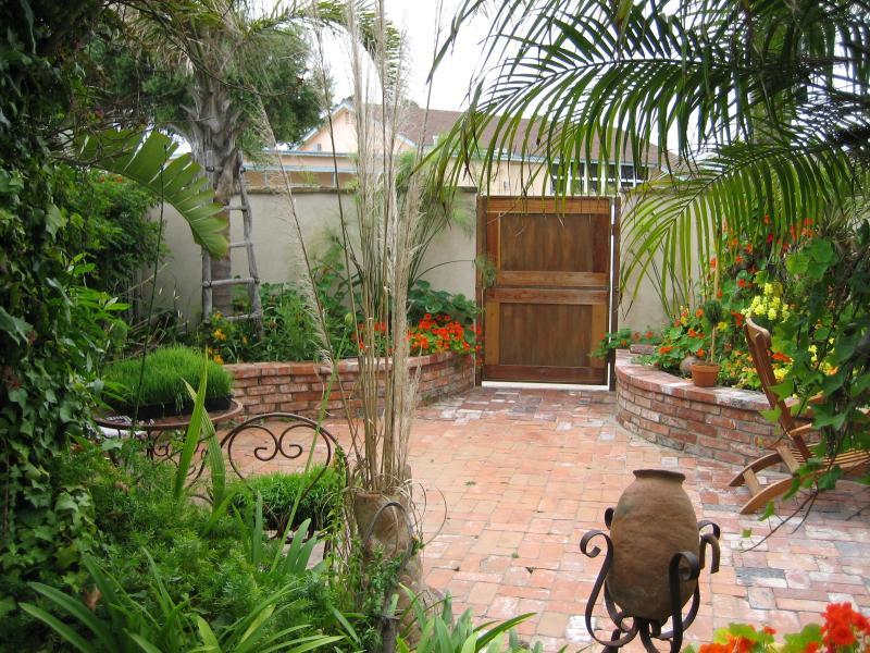 Front Courtyard - Beach Vacation House - Ventura - rentals