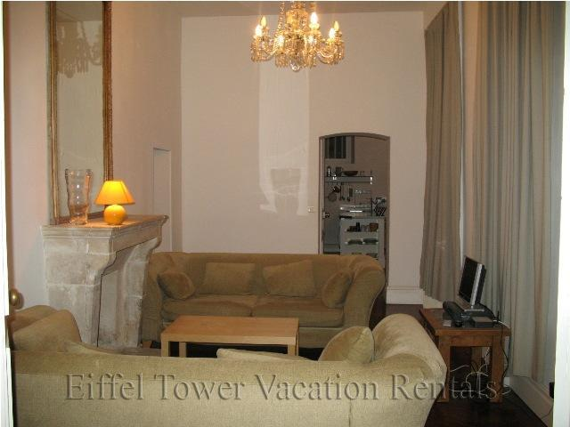 Living room with decorative fireplace - Ile Saint Louis Apartment - Paris - rentals