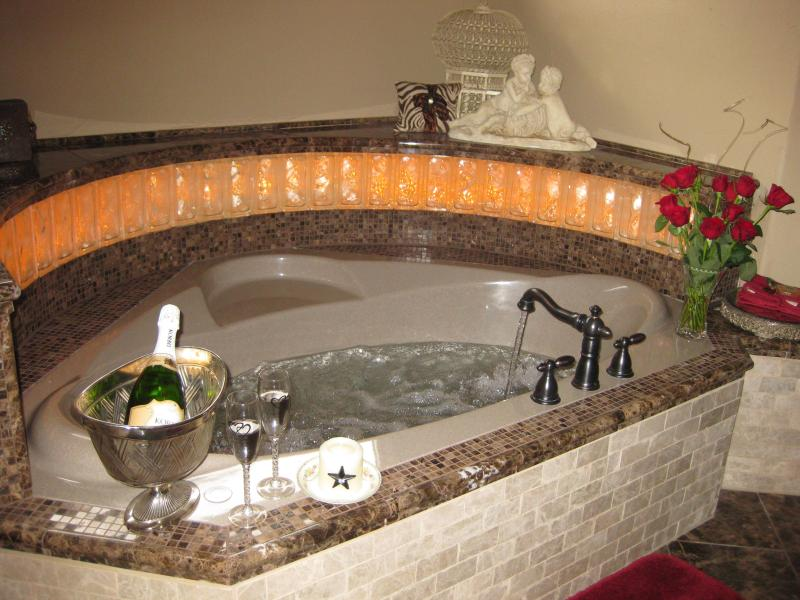 Catseye whirlpool with soft, ambient lighting - Cat's Meow Bed & Breakfast - Fredericksburg - rentals