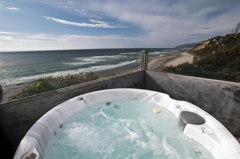 Pirates Lookout Hot Tub - Pirates Lookout- Oceanfront w/ Hot Tub - Lincoln City - rentals