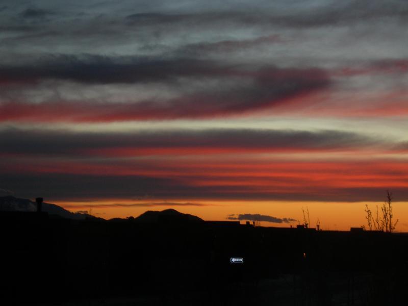 Another beautiful sunset - Santa Fe retreat with mountain views; orig artwork - Santa Fe - rentals