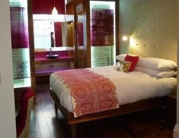 Sleek and Colourful King Size Bed with Hotel linen - Luxury Holiday 1 Bedroom Apartment in Kings Cross - London - rentals