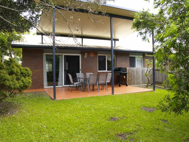 Large spacious fenced backyard, good for small pets and children - barbeque provided. - Convenient and family friendly 3br home in Kedron - Brisbane - rentals