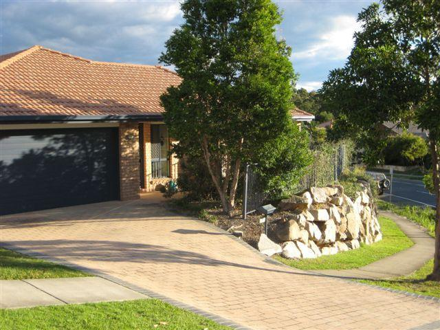 Lovely residential area in Brisbane's northern suburbs. Double agrage with internal access to house. - Saturn Cres - Quality 4br/2 bath, Bridgeman Downs - Brisbane - rentals