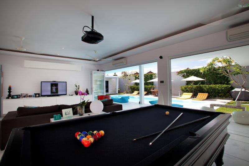"8X4 Pool Table, Surround Sound, 55"" 3D TV, Apple TV, 3D DVD, XBOX360, HD Projector, 2X1.5 mtr screen - Seminyak - Seminyak - rentals"