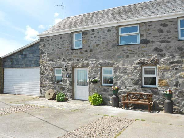 TAN Y FRON, semi-detached cottage, distant sea views, off road parking, garden, in Llanbedrog, Ref 31045 - Image 1 - Llanbedrog - rentals
