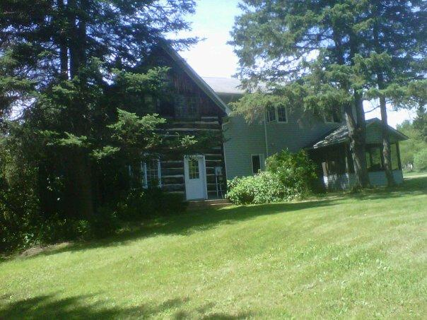 Side view of cottage; shady and private - 5STAR EXECUTIVE LAKESIDE FOUR BEDROOM FARMHOUSE - Golden Lake - rentals
