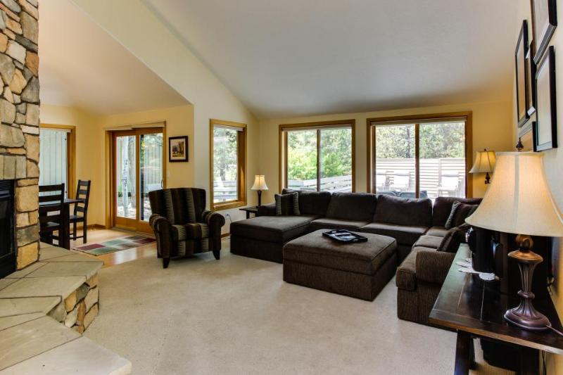 Dog-friendly mountain lodge w/ hot tub, & SHARC passes included! - Image 1 - Sunriver - rentals
