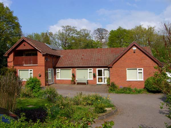 LLYS OFFA, superb property with swimming pool, sauna, snooker, WiFi, gardens with stream, Ruabon, Wrexham Ref 26828 - Image 1 - Ruabon - rentals