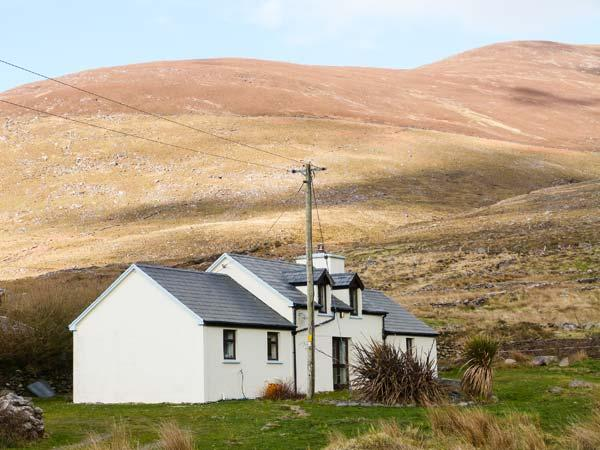COOMNAHINCHA, woodburner, pet-friendly, ground floor bedroom, close to the coast near Cahersiveen, Ref. 904365 - Image 1 - Cahersiveen - rentals
