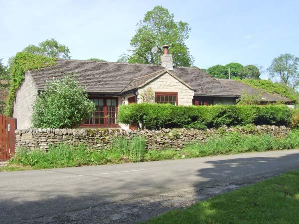 WELLHEAD COTTAGE, ground floor, woodburning stove, garden with furniture, Ref 905760 - Image 1 - Wormhill - rentals