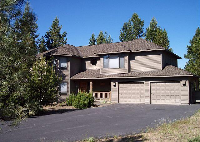 Ping Pong Table, Hot Tub, Bikes, Pet Friendly, 8 Unlimited SHARC Passes - Image 1 - Sunriver - rentals