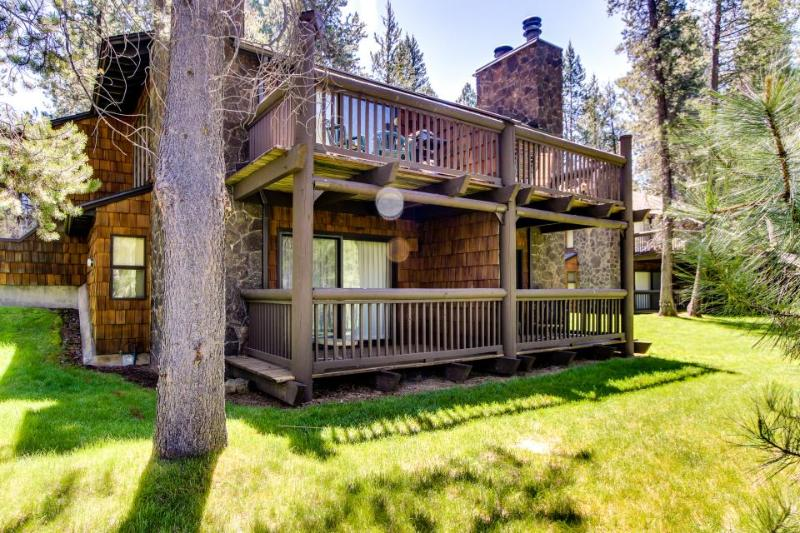 Elegant home w/ shared pool, hot tub & golf course views plus SHARC passes - Image 1 - Sunriver - rentals