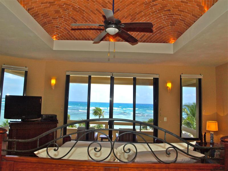 Huge master with verandah, jacuzzi and double shower - Huge villa next to South Akumal, sleeps 8-16, 5.5 - Akumal - rentals