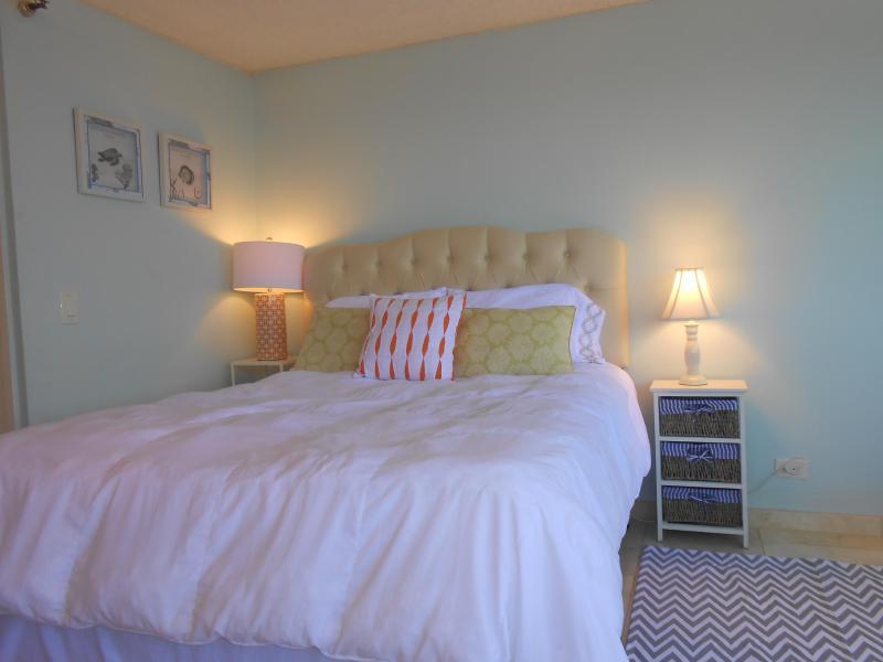 Queen Bed - Luxury Ocean-View Condo, 35th Floor, Epic Views ! - Honolulu - rentals