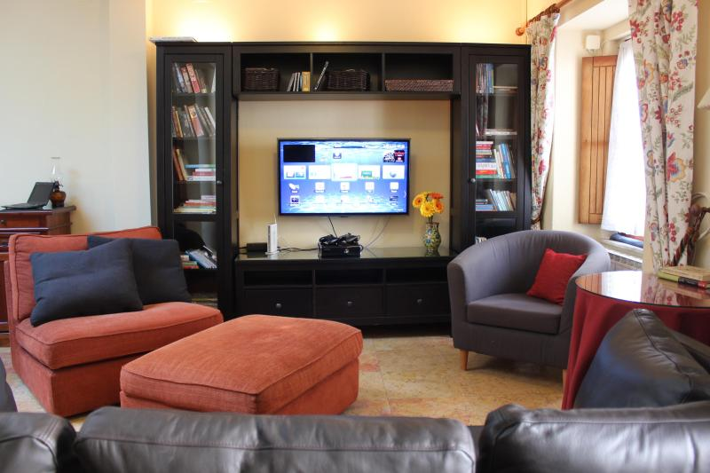 The open living/dining area gives everyone plenty of room - Casa Joaquina - Perfect for families, free WiFi - Lisbon - rentals