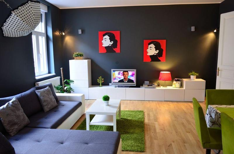 Spacious and modern lounge room - Apartment Secret Garden very central, garden view - Zagreb - rentals
